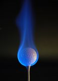 Pelota de golf llameante foto de archivo