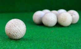 Pelota de golf sobre el vidrio y el fondo de la falta de definición Fotos de archivo