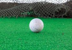 Pelota de golf sobre el vidrio y el fondo de la falta de definición Foto de archivo