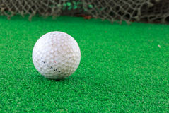 Pelota de golf sobre el vidrio y el fondo de la falta de definición Fotografía de archivo