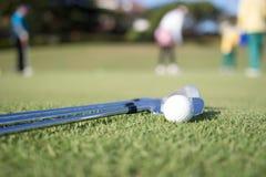 Pelota de golf y club de golf fotografía de archivo libre de regalías