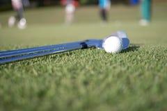 Pelota de golf y club de golf imagen de archivo libre de regalías