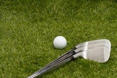Pelota de golf y clubs de golf Fotografía de archivo