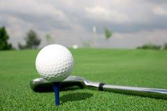 Pelota de golf y cortina de la opinión del club Foto de archivo libre de regalías