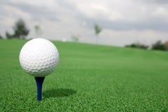 Pelota de golf y cortina de la opinión del club Imagen de archivo libre de regalías