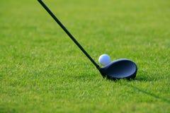 Pelota de golf y eje fotografía de archivo libre de regalías