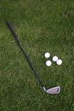 Pelota de golf y golf-club en la hierba Fotos de archivo libres de regalías