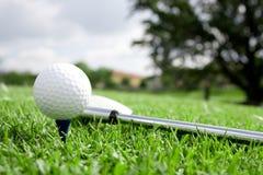 Pelota de golf y opinión 4 del club fotografía de archivo libre de regalías