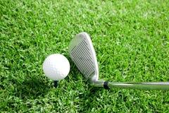 Pelota de golf y opinión 5 del club imagen de archivo libre de regalías