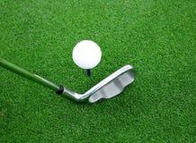 Pelota de golf y opinión 7 del club fotos de archivo libres de regalías