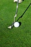 Pelota de golf y putter Fotos de archivo libres de regalías