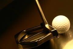 Pelota de golf y Putter Foto de archivo