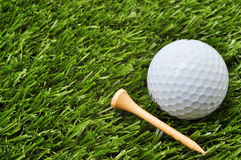 Pelota de golf y te con el espacio de la copia fotos de archivo libres de regalías