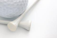 Pelota de golf y tes Fotos de archivo libres de regalías