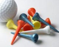 Pelota de golf y tes Imágenes de archivo libres de regalías