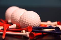 Pelota de golf y tes alineadas Fotografía de archivo libre de regalías