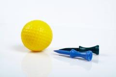 Pelota de golf y tes amarillas con el reflejo Imagen de archivo libre de regalías