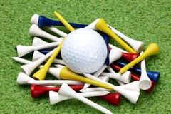 Pelota de golf y tes coloridas Imagen de archivo libre de regalías