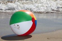 Pelota de playa con descensos del agua Fotos de archivo libres de regalías