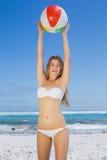 Pelota de playa de cogida sonriente de la mujer delgada Fotografía de archivo libre de regalías