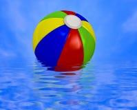 Pelota de playa en el agua Fotografía de archivo libre de regalías