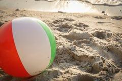 Pelota de playa en la playa imagenes de archivo