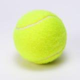 Pelota de tenis aislada en un fondo gris Imagen de archivo libre de regalías