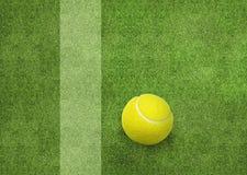 Pelota de tenis al lado de la línea de la corte Imagen de archivo libre de regalías