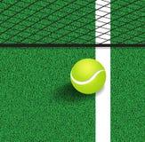 Pelota de tenis al lado de la línea del campo de tenis Imagen de archivo