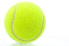 Pelota de tenis amarilla Foto de archivo libre de regalías