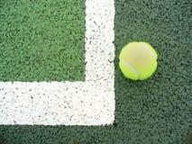 Pelota de tenis ante el tribunal Fotos de archivo