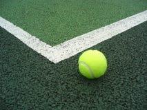 Pelota de tenis ante el tribunal Fotos de archivo libres de regalías