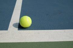 Pelota de tenis ante el tribunal Imagen de archivo