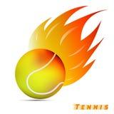Pelota de tenis con el fuego rojo del tono del amarillo anaranjado en el fondo blanco diseño del logotipo de la bola del deporte  foto de archivo libre de regalías