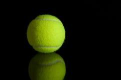 Pelota de tenis con la reflexión Imagenes de archivo