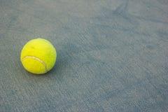 Pelota de tenis con la tierra Foto de archivo