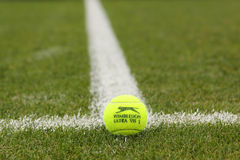 Pelota de tenis de Slazenger Wimbledon en campo de tenis de la hierba Imagen de archivo