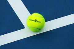 Pelota de tenis de Wilson con el logotipo de Abierto de Australia en campo de tenis Imágenes de archivo libres de regalías