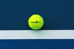 Pelota de tenis de Wilson con el logotipo de Abierto de Australia en campo de tenis Imagenes de archivo