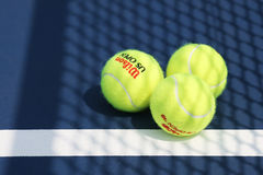 Pelota de tenis de Wilson del US Open en Billie Jean King National Tennis Center en Nueva York Foto de archivo