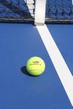 Pelota de tenis de Wilson en campo de tenis en Arthur Ashe Stadium Foto de archivo libre de regalías
