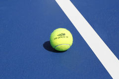 Pelota de tenis de Wilson en campo de tenis en Arthur Ashe Stadium Fotos de archivo libres de regalías