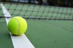 Pelota de tenis en corte Imágenes de archivo libres de regalías