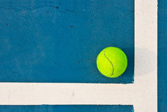 Pelota de tenis en corte azul Fotografía de archivo libre de regalías
