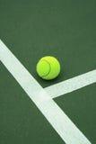 Pelota de tenis en la corte 3 Fotografía de archivo