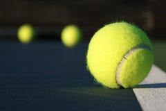 Pelota de tenis en la corte Fotos de archivo libres de regalías