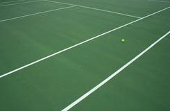 Pelota de tenis en la corte 4 Imagen de archivo libre de regalías