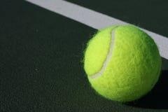 Pelota de tenis en la corte Fotografía de archivo libre de regalías