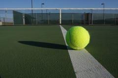 Pelota de tenis en la corte Fotografía de archivo