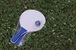 Pelota de tenis en la estafa para el juego de la playa Imagen de archivo